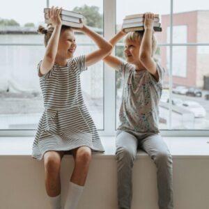 liknologio-kids-book-on-head